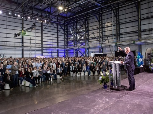 "WestJet unveils ""Dreamy"" new hangar at YYC"