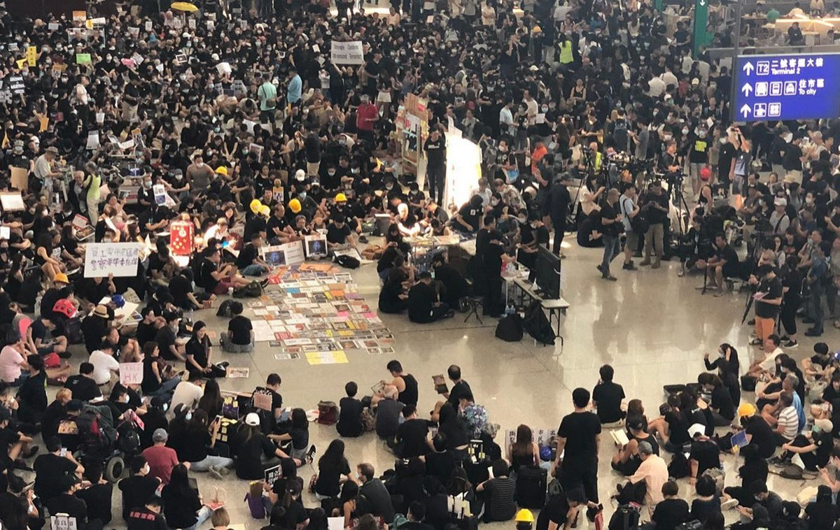 Airport sit-in cancels HKG flights